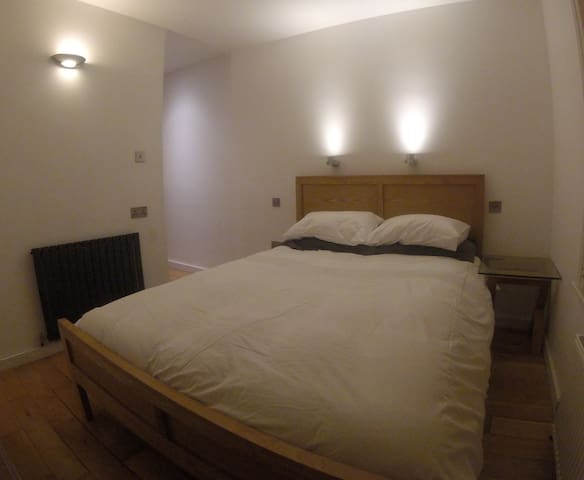 Central double room with en suite - Guildford