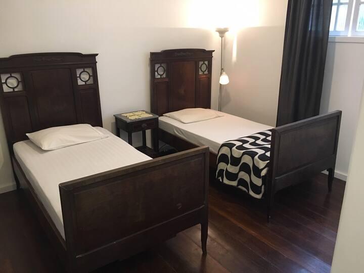 Suite com camas de solteiro _ entrada independente