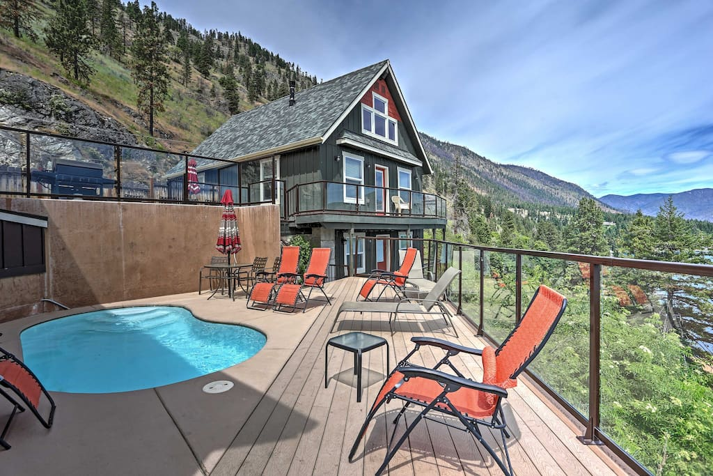 The outside of the properties feature a conjoining, multi-level deck with ample seating for your group.