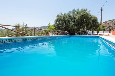 Maison de campagne rustique avec piscine, terrasse, vue spectaculaire sur les montagnes et Wi-Fi ; Parking disponible, un seul animal autorisé