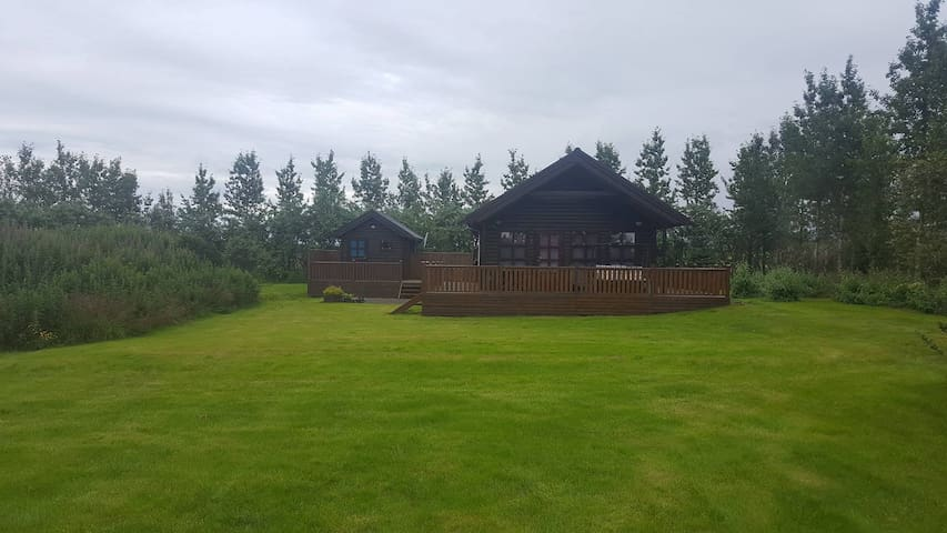 Beautiful and cozy summerhouse with a hot tub - Flúðir - Cabane