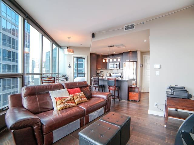 Premier DT Condo / BMO Center / UG Parking+Hot Tub