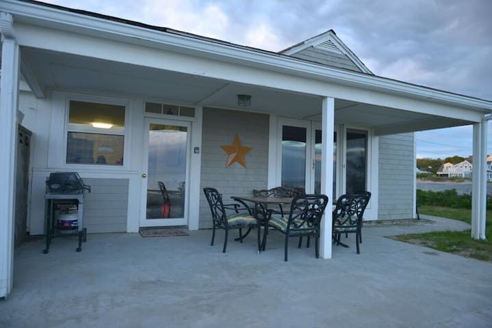 Cozy beachfront cottage West Harwich Cape Cod - Harwich - Apartment