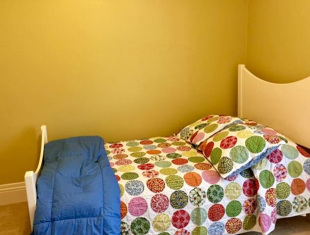 West bedroom, single bed