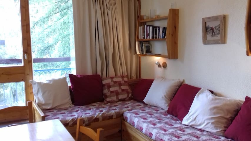 Charming studio for 4 guests ski in ski out and close to the shops in le Charvet village in Arc 1800