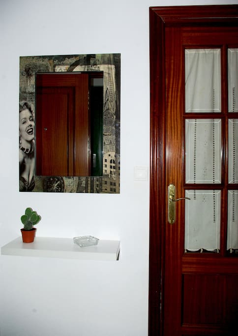 Pequeño recibidor a la entrada al apartamento, con estancias independientes.