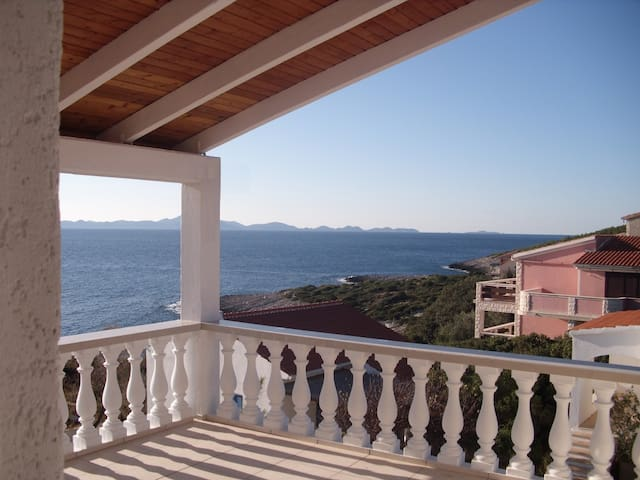 großer Balkon mit Blick auf das offene Meer
