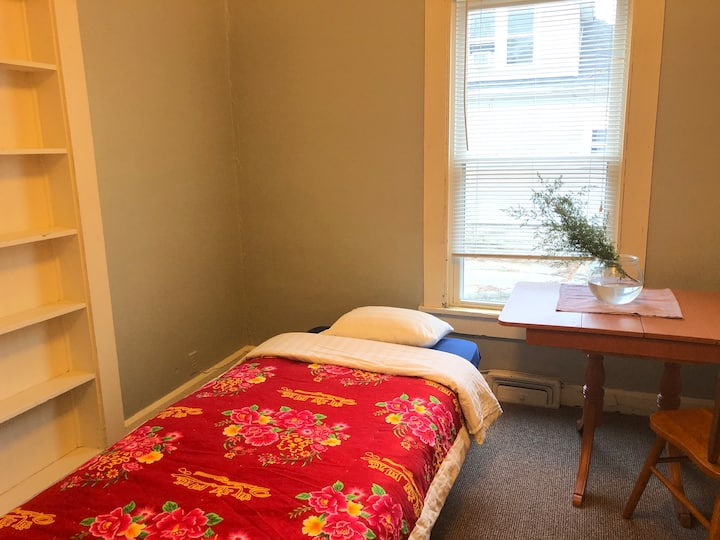 Private bedroom. walk to downtown & campus