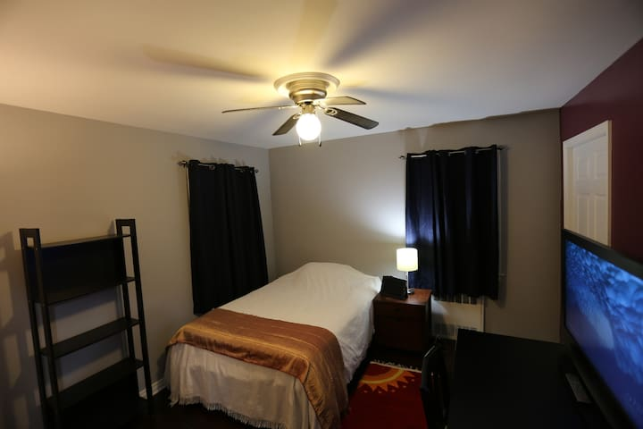 Neat & Clean Room close to LIJ Hospital and LIRR - Garden City Park - Casa