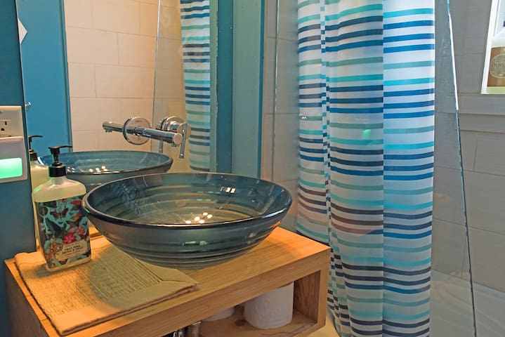 The modern bathroom makes maximum use of a small space. Shared bathroom if both rooms are booked. shampoo, rinse, bath salt, body soap, body cream, hair dryer are all provided for free.