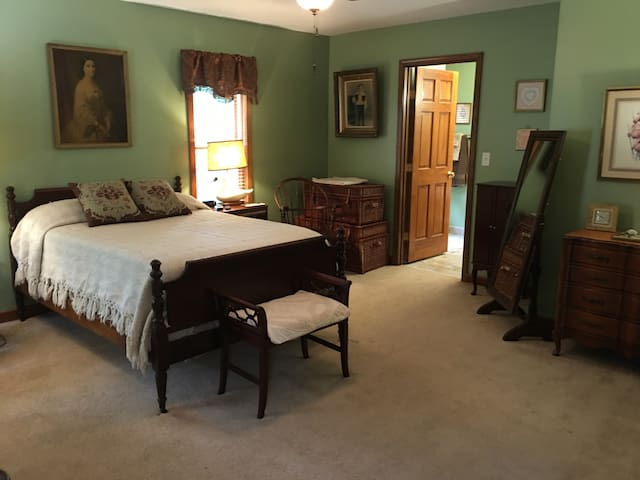 Coburn Room (private bathroom) - Ebenezer House Bed and Breakfast