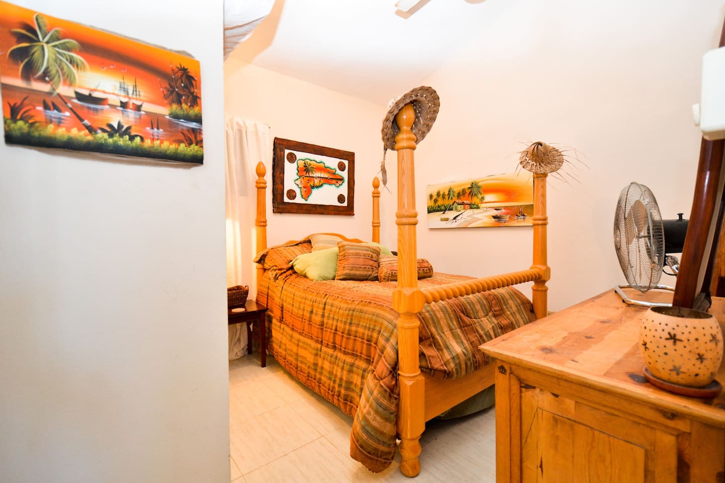 Private bedroom with 4 poster double bed, super thick comfy mattress!!