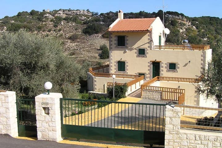 Villa Fouli, Private Villa & Pool  (2 adult) - Kaloniktis - Casa de camp