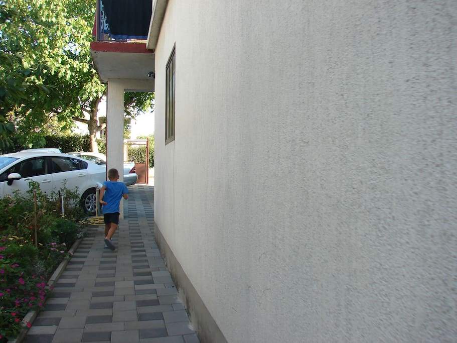 dvorište i parking u dvorištu