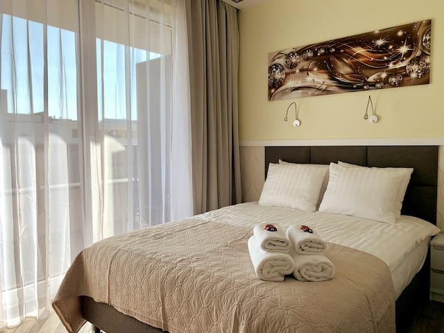 Enjoy this fantastic studio business suite! Comes with a balcony, fully equipped kitchenette, bathroom with a large rainshower, bathing essentials and lot's more. Spotless! Relax watching cable TV or Netflix. Fast and stable wifi