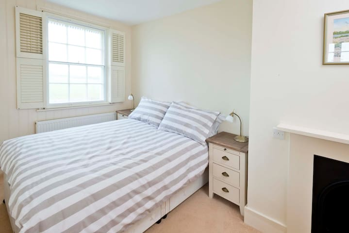 Pirates Point Self Catering Holiday Cottage - Selsey - House