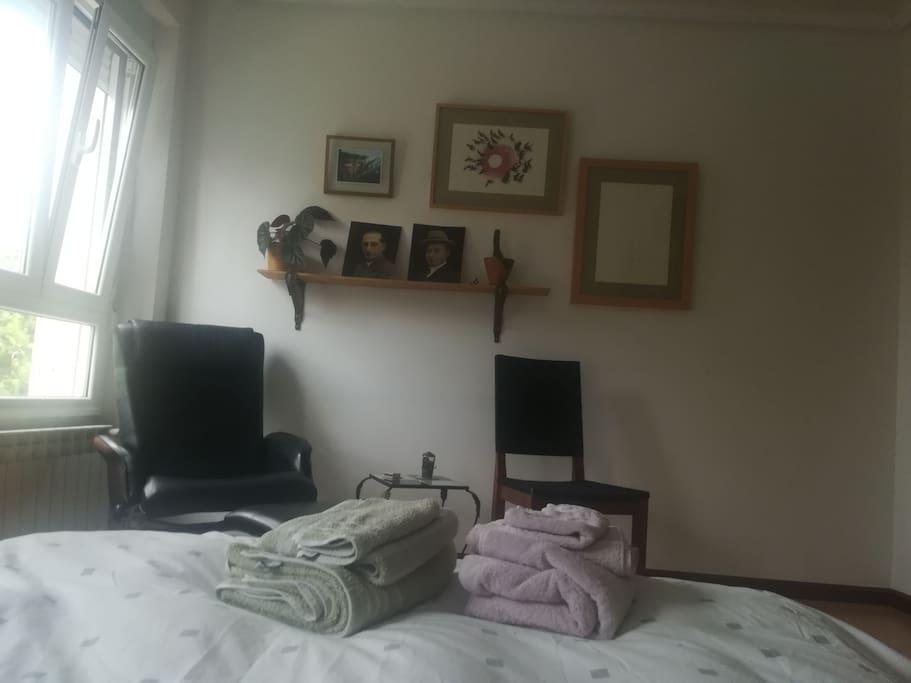Zona de lectura en habitación