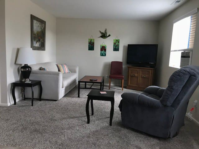Private upstairs space. Minutes to downtown Eugene
