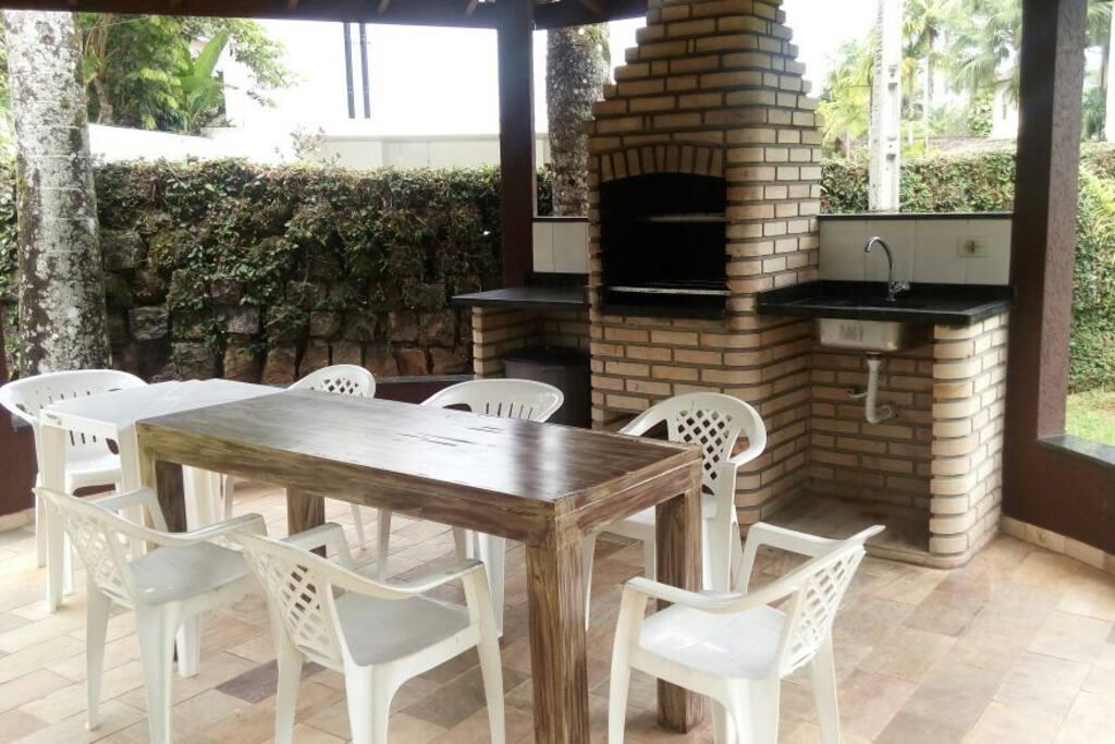 3 Churrasqueiras Amplas com mesas e cadeiras (kit churrasco no apartamento)   Disponíveis aos hóspedes com agendamento antecipado sem adicional de taxas.
