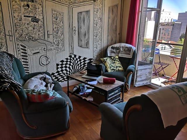 Chambre chez une artiste (avec chiens)