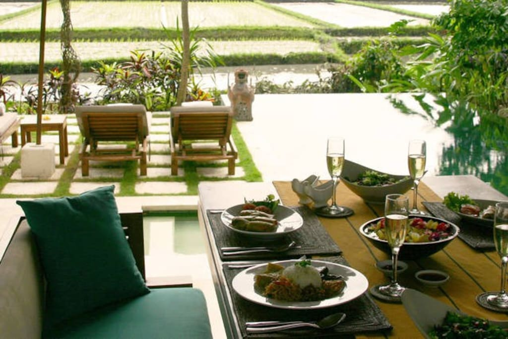 Stunning villa, full size private pool, sunset / rice field views , our world renown food and central to everything in Bali.