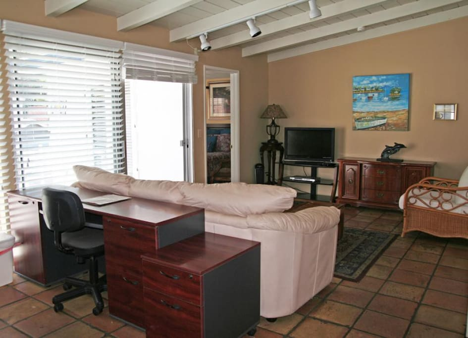 2-211 Claressa Up_living area_0007