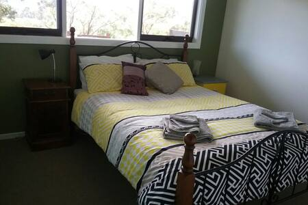 House on the hill, valley views. - Yarra Junction - Bed & Breakfast