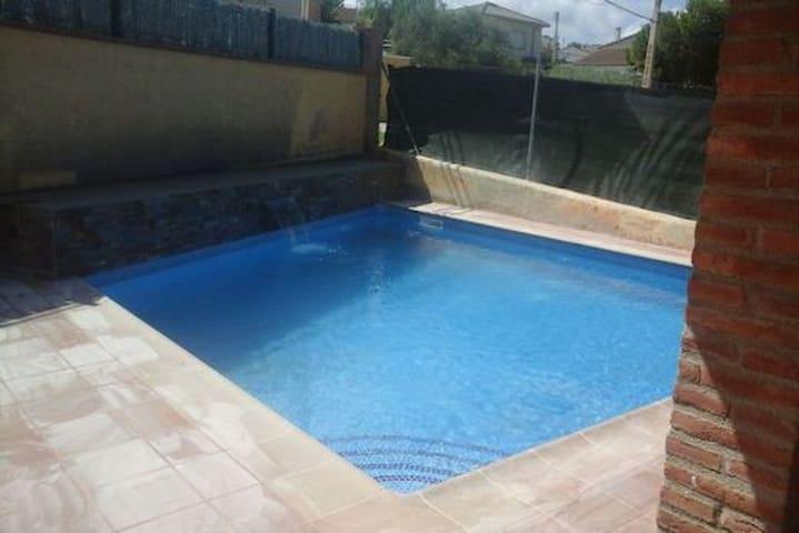 Preciosa casa con piscina de obra en Albinyana - La Papiola - Huis