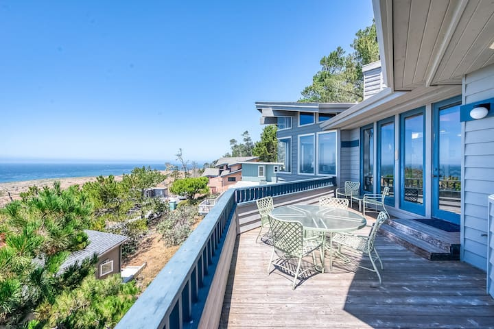 Luxury home w/ a private hot tub & stunning ocean views - close to hiking!