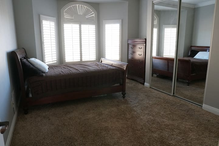 Private Bedroom in the Hills of Mockingbird Canyon
