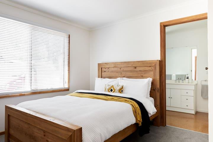 Master Bedroom & Ensuite: Sleeps 2 (Queen Bed)