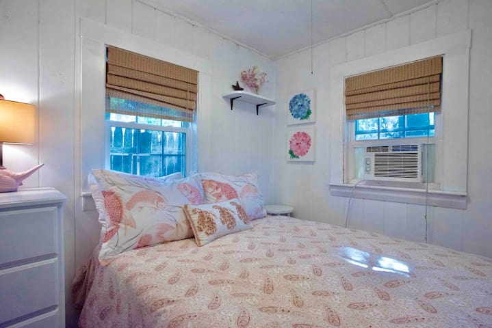 Cute bedroom with full-size bed. Down comforter & new mattress.