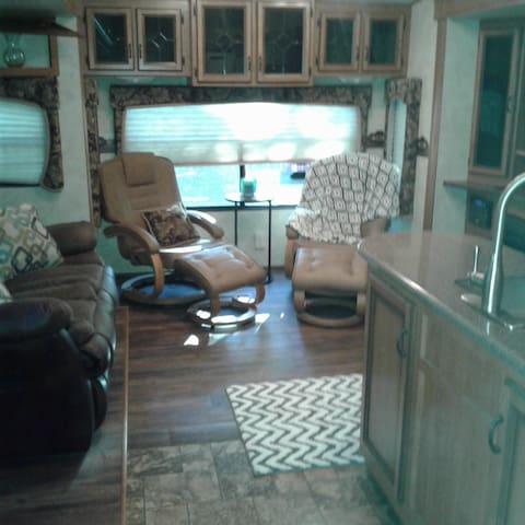 Private 5th Wheel RV country setting, dog friendly - バーレソン
