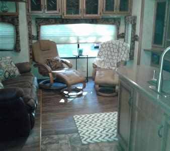 Private 1 bedroom, living, kitchen, bath 5th wheel - Camper/Roulotte