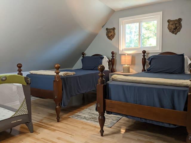 Twin Bedroom (2nd floor), pack n' play included