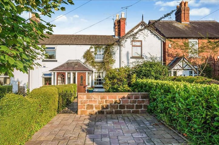A Unique & Cosy Period Cottage in Chester