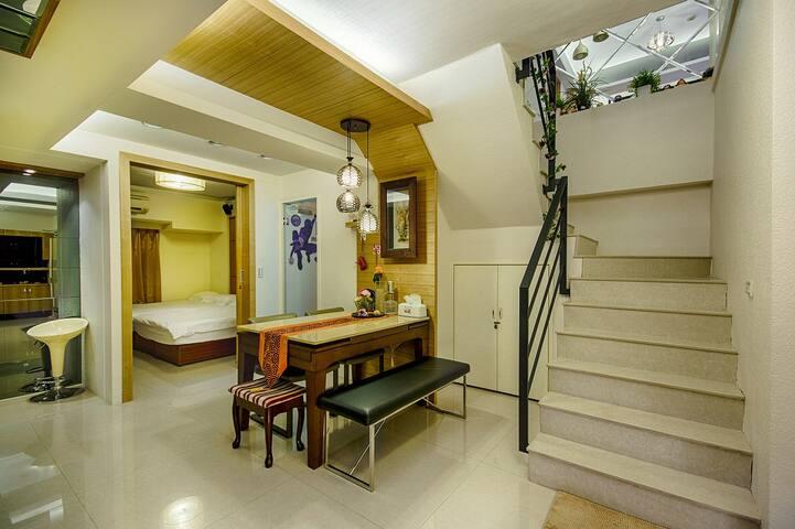 餐桌-往樓上樓梯