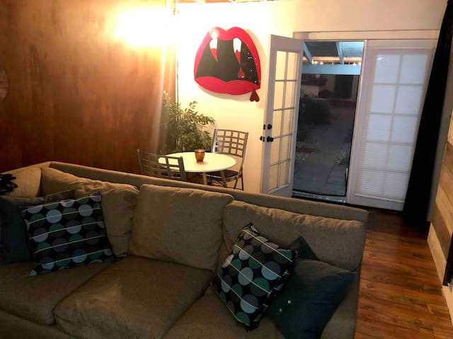 Stylish Guest House Near Universal