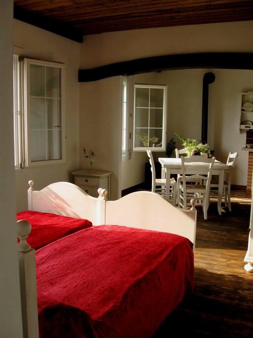 camera da letto matrimoniale e cucina...