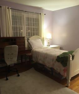 Clean, quiet room for female travelers. - Hus