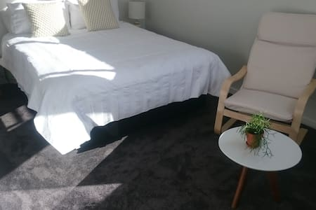 Large room in brand new house close to beaches - Auckland