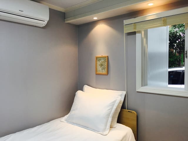 A warm&snug singleroom@Daehakro