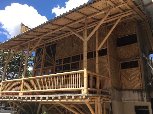 CASA DE BAMBÚ  agradable  y cómoda en San Rafael
