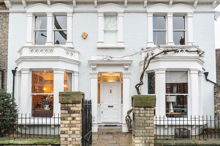 SPECIAL OFFER-  5 bed Victorian in Zone2