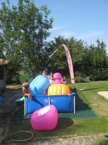 I ragazzi si divertono nella piccola piscina