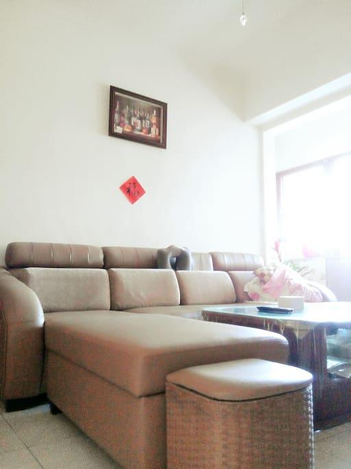 沙發躺椅供旅客們借宿一晚