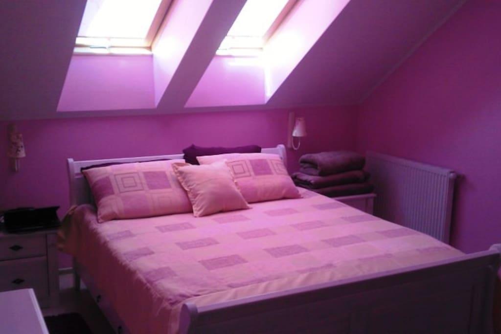 В этой спальне всегда тепло и солнечно ,4 мансардных окна тому запорукой!