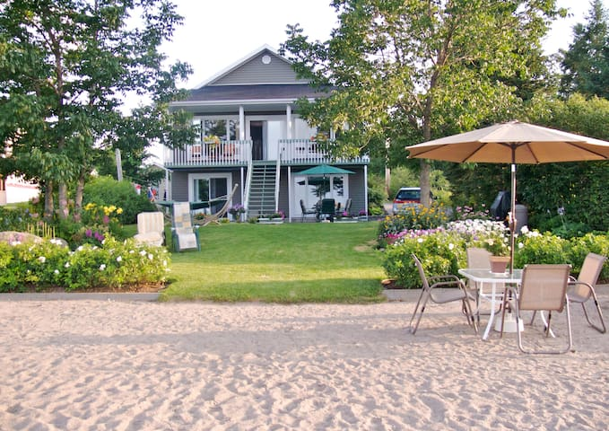 Entire home and private beach right on Lac St Jean - Chambord - Rumah