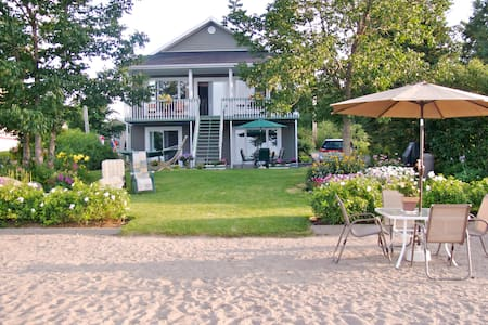 Entire home and private beach right on Lac St Jean - Chambord - 独立屋