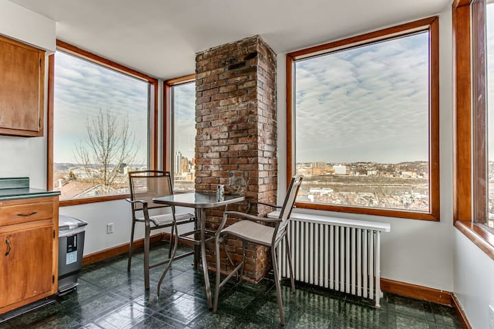 ❤️Quaint 2 Bdrm with Gorgeous Downtown View❤️